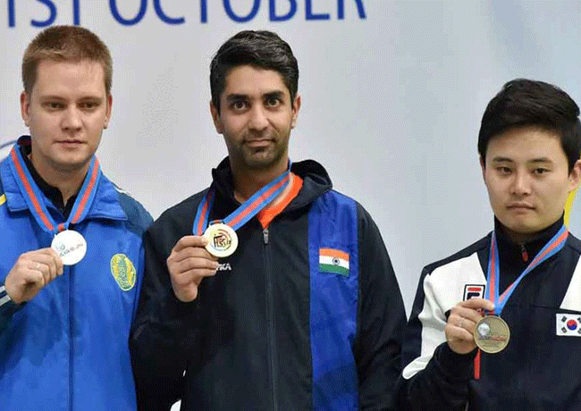 Abhinav Bindra displays his Gold medal at the 8th Asian Airgun Championship in New Delhi
